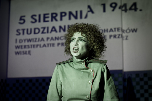 """Zwycięski spektakl """"Niech żyje wojna!!!"""" zainspirowany serialem """"Czterej pancerni i pies"""" to popisowa zbiorowa kreacja aktorska (na zdjęciu Irena Wójcik - Marusia)."""