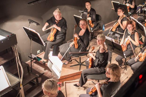 To okazja by przyjrzeć się bliżej artystom każdego z zespołów, na zdjęciu Orkiestra Opery Bałtyckiej, sekcja smyczkowa.