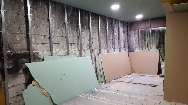 W klubie wciąż trwają prace porządkowe. Niedawno na części sali rozpoczęto montaż płyt z kartongipsu.