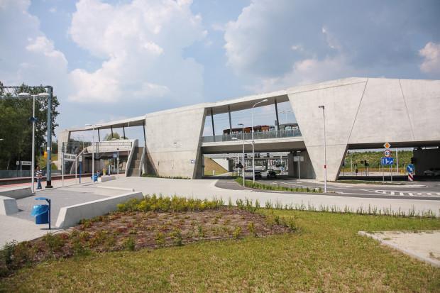 W większości miast nie trzeba dopłacać do biletów zintegrowanych z koleją wewnątrz granic miasta. Nz. przystanek tramwajowo-kolejowy obok stadionu we Wrocławiu.