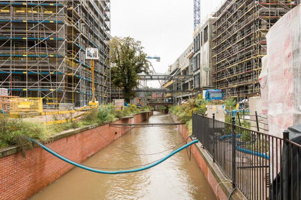 Kanał Raduni - widok w stronę centrum handlowego.
