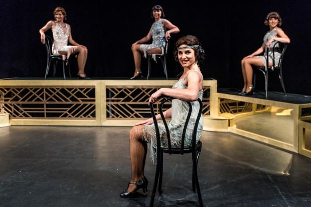 Spektakl składa się z 18 piosenek bez fragmentów mówionych, wykonywanych na naszkicowanych za pomocą kilku rekwizytów kabaretu sprzed wieku (na pierwszym planie Mariola Kurnicka).