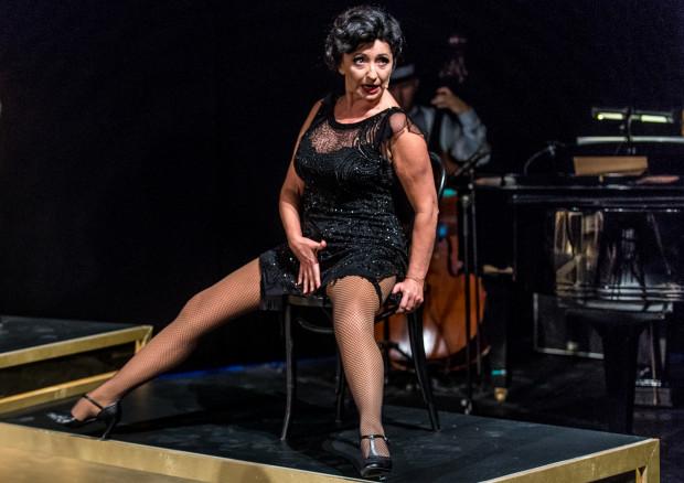 Trudne do wykonania, ale pełne prawd życiowych piosenki najlepiej interpretują doświadczone aktorki Teatru Muzycznego, jak Ewa Gierlińska (na zdjęciu).
