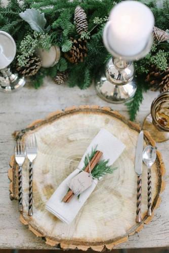 Zimowe dekoracje na stołach mogą być bardzo urokliwe.