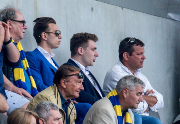Dominik Midak (2 z lewej) bywa na meczach Arki w Gdyni.