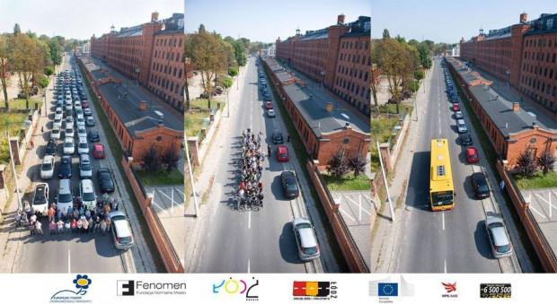 Porównanie przestrzeni zajmowanej przez 40 samochodów, 45 rowerów oraz jeden autobus, zdolny pomieścić razem prowadzących auta i rowery. Zdjęcie wykonano kilka lat temu podczas Tygodnia Zrównoważonego Transportu w Łodzi.