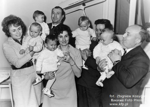 """""""Roczek"""" gdańskich pięcioraczków. W środku mama, pani Rychert. Zdjęcie z 1972 r."""