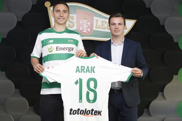 Jakub Arak w towarzystwie Janusza Melaniuka, dyrektora sportowego Lechii Gdańsk.
