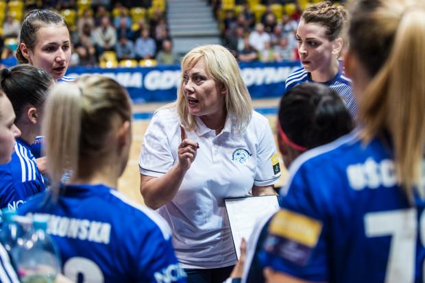 Mimo trzech zwycięstw na otwarcie sezonu Agnieszka Truszyńska (w środku) wymaga od piłkarek ręcznych Vistalu Gdynia lepszej gry.