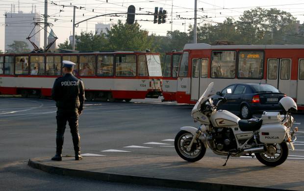 Zazwyczaj obecność policji na skrzyżowaniach wynika z awarii sygnalizacji, zdarzenia drogowego albo imprezy masowej. Ich pomoc może się też okazać przydatna podczas szczytu komunikacyjnego by zmniejszyć korki i poprawić bezpieczeństwo.