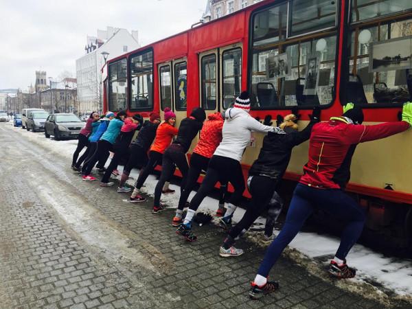 """""""TriMama budzi Gdańsk"""" to kontynuacja darmowych treningów, które prowadzi Natalia. Teraz odbywają się one pod patronatem Gdańskiego Ośrodka Sportu. Uczestnicy spotykają się zawsze przy zabytkowym tramwaju."""