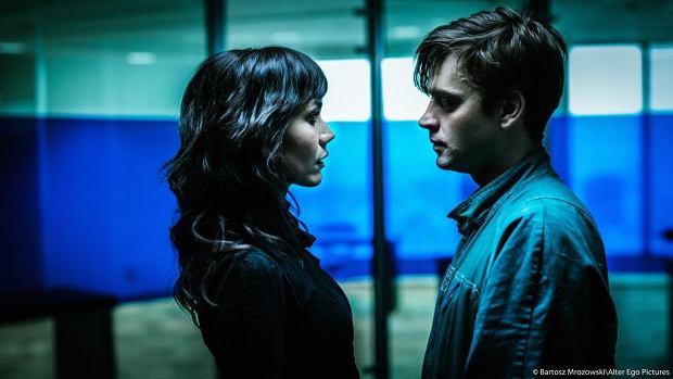 Uczucie Gorii (Olga Bołądź) i Adama (Piotr Polak) może być dla głównych bohaterów ostatnią okazją na szczęście w futurystycznym świecie zmierzającym ku samodestrukcji.