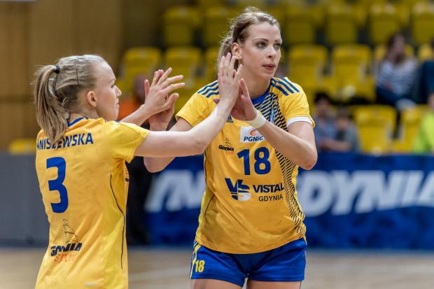 Aleksandra Zych (nr 18) i Katarzyna Janiszeewska (nr 3) zdobyły 14 bramek, czyli dokładnie połowę wszystkich, które Vistal Gdynia rzucił Koronie Handball Kielce.