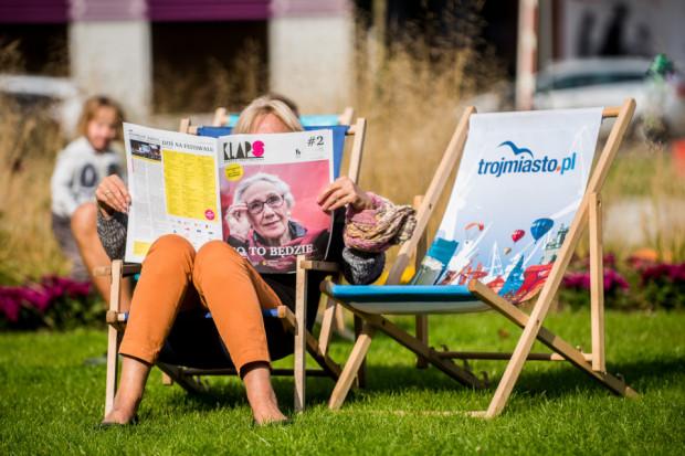 Od wtorku słoneczna pogoda w Gdyni zachęca w przerwach między seansami do skorzystania z przygotowanych podobnie jak przed rokiem leżaków i krzesełek. Chętnych nie brakuje.