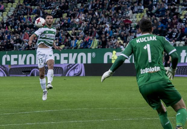 Z Grzegorzem Wojtkowiakiem (z lewej) w składzie Lechia nie przegrała jeszcze w tym sezonie meczu w ekstraklasie. Po ostatnim remisie z Jagiellonią obrońca czuje się jednak rozczarowany, bo biało-zielonym potrzeba zwycięstw.