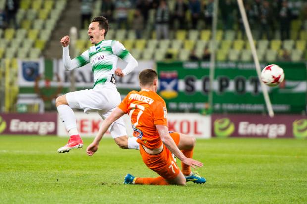 Rafał Wolski strzelił jedynego gola dla Lechii w Niecieczy. Na zdjęciu pomocnik biało-zielonych w pojedynku ze środkowym obrońcą Termaliki, Artemem Putiwcewem.