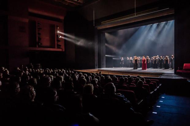 """Koncepcja """"Francuskiej Nocy"""" uniemożliwiła płynne prowadzenie koncertu, jednak artyści stanęli na wysokości zadania."""