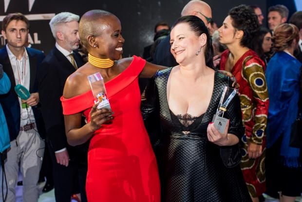 """Eliane Umuhire i Jowita Budnik: podwójna wygrana za kreacje w filmie """"Ptaki śpiewają w Kigali""""."""