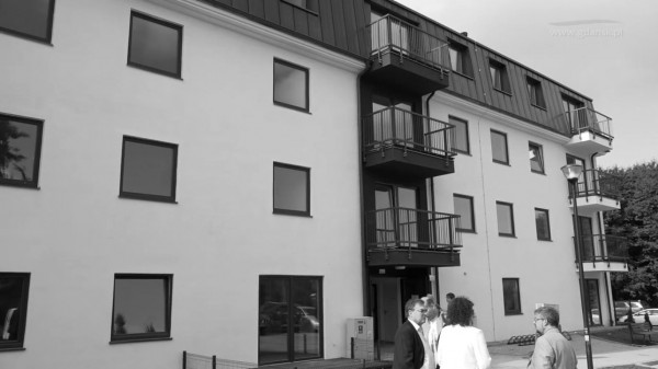 Przy ulicy Dolne Młyny w Gdańsku został oddany  modułowy budynek z 26 mieszkaniami. W 70 proc. zamieszkany będzie m.in. przez osoby zagrożone wykluczeniem czy usamodzielniające się, w 30 proc. przez oczekujących na lokal komunalny - z listy.