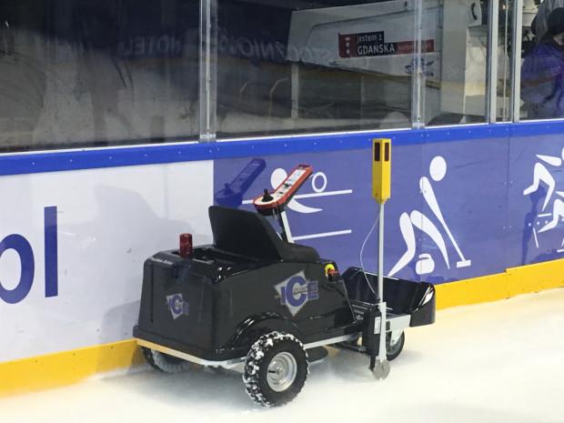 """Robot """"Ice Guard"""" odpowiada za kontrolowanie grubość tafli lodu w hali """"Olivia"""". Ma nie tylko zwiększyć komfort sportowców trenujących na obiekcie, ale i ograniczyć koszty eksploatacyjne lodowiska."""
