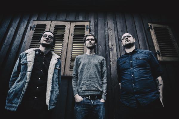 Lastryko to nowy zespół instrumentalistów od dawna obecnych na trójmiejskiej scenie muzycznej, a połączenie ich sił zaowocowało świeżym, unikalnym brzmieniem.