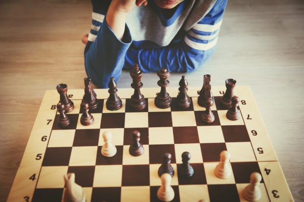 To właśnie głównie w oparciu o zabawę rodzice przedszkolaków widzą w szachach szansę na rozwój dziecka.