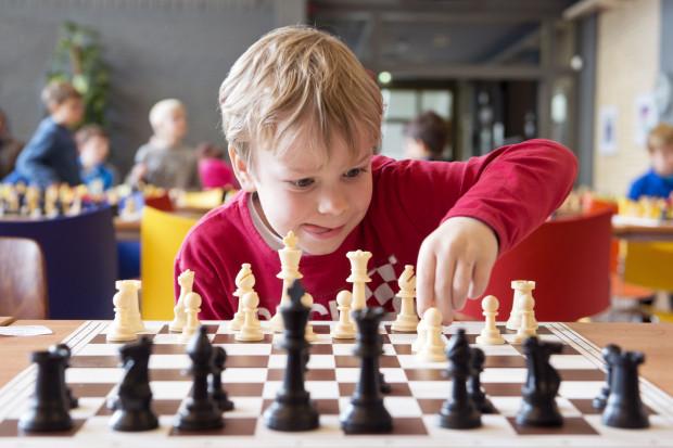 Jak podkreślają specjaliści - szachy to nie jest zwyczajna planszówka, lecz coś więcej. To świetna lekcja życia, sposób na pożyteczne i ciekawe spędzanie wolnego czasu, ale również wspólne spędzanie czasu z dzieckiem.