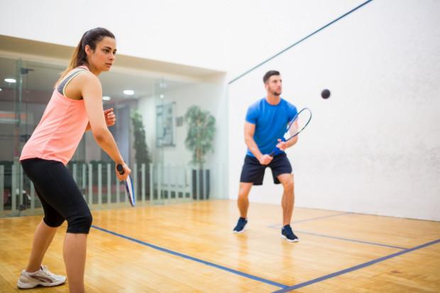 Squash jest sportem wymagającym błyskotliwości i pozwala na ćwiczenie samodzielnie lub z drugą osobą.
