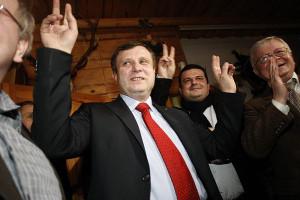 Jacek Karnowski po ogłoszeniu nieoficjalnych wyników wyborów w otoczeniu swoich współpracowników podczas nocy wyborczej.