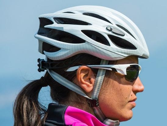 Prawidłowa pozycja kasku na głowie, dzięki której dobrze chronione jest zarówno czoło, jak i część potyliczna głowy. Paski boczne powinny układać się w literę V.
