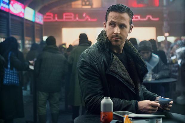 """Jednym z niepodważalnych atutów nowego """"Blade Runnera"""" jest kapitalnie dobrana obsada na czele z Goslingiem i Fordem, którym z powodzeniem asystują Ana de Armas, Robin Wright, Jared Leto czy Dave Bautista."""
