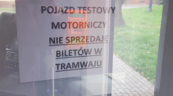 Informacja na drzwiach kabiny motorniczego w Gammie.