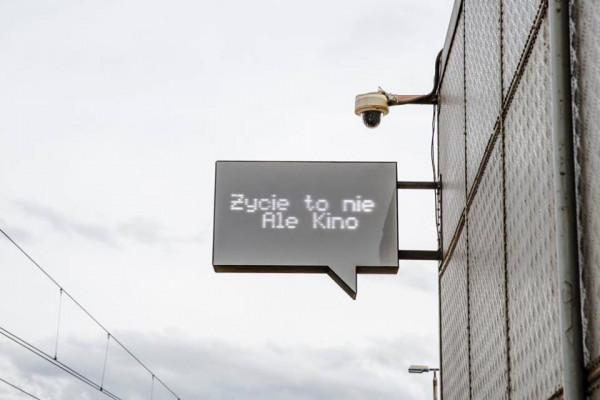 Jedną z pierwszych, niezwiązanych z muralami realizacji Stowarzyszenia Traffic Design były instalacje artystyczne na stacji SKM w Redłowie.