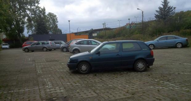 Na opuszczonym parkingu w centrum Gdyni nie brakuje ani samochodów, ani wolnych miejsc. Właściciele nie troszczą się o ten teren, więc można tu parkować za darmo.