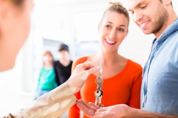 Nowe przepisy dotyczące pośredników nieruchomości poprawiają sytuację klienta.