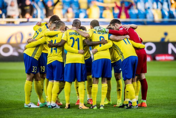 Arka Gdynia zaliczyła w tym sezonie ekstraklasy tylko dwie porażki. Nie przekłada się to jednak na wysoką pozycję w tabeli, bo żółto-niebiescy zanotowali aż sześć remisów - najwięcej w lidze. Czy po przerwie na kadrę poprawią skuteczność i częściej będą sięgać po komplet punktów?