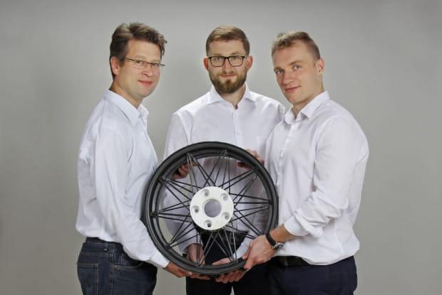Wykonany z kompozytu węglowego prototyp ultralekkiej felgi waży zaledwie 3,5 kg. To pomysł zespołu Fibratech - Michała Smentocha, dr inż. Michała Sobolewskiego oraz dr inż. Clausa Bayrethuera.
