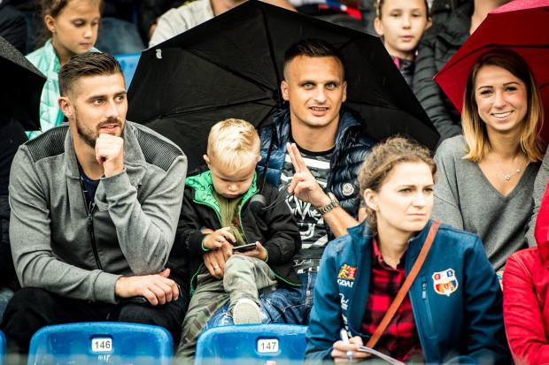 Ostatnie tygodnie Sławomir Peszko (w środku) spędza na trybunach, także stadionu żużlowego, gdzie dopingował drużynę Zdunek Wybrzeża Gdańsk.