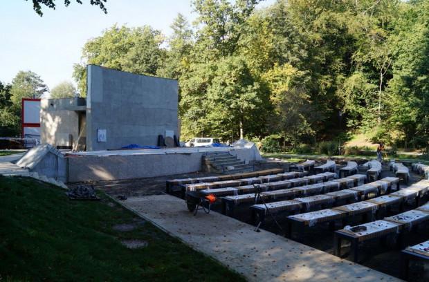 Kończy się budowa kameralnego amfiteatru na 263 miejsca. Jeszcze w październiku będzie montowany stalowy dach.