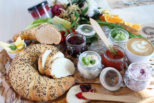 Zestaw śniadaniowy za 10 zł w Sopockim Młynie składa się z domowego rogala, trzech wybranych dodatków oraz ciepłego napoju.