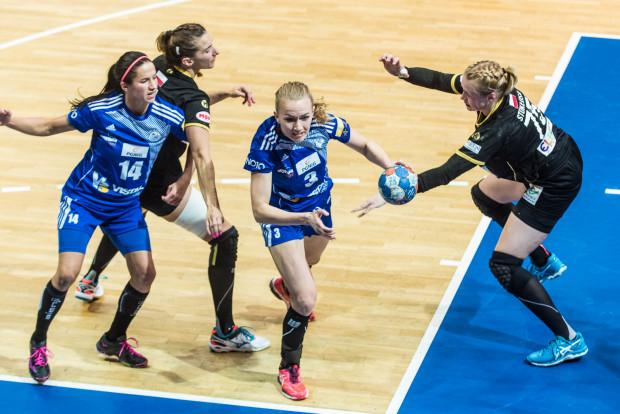 Katarzyna Janiszewskia (z piłką) była najlepiej punktującą zawodniczką Vistalu w meczu z Energą AZS.