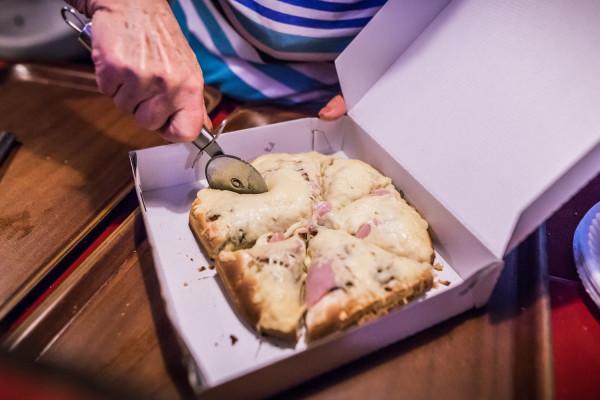 """Najpopularniejsza pizza to """"Cebulowa"""". Zamówimy też m.in. """"Serową"""", """"Szynkową"""" czy """"Pieczarkową""""."""