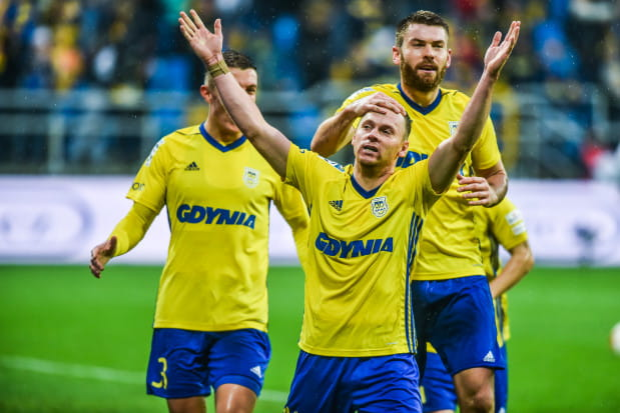 Rafał Siemaszko przyjmuje gratulacje od Grzegorza Piesio po 28. golu w pierwszej drużynie Arki Gdynia w meczu oficjalnym numer 100.