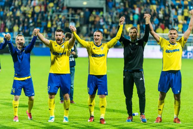 Piłkarze Arki Gdynia mają powody do zadowolenia. W środku Marcin Warcholak, po którego zagraniach w drugiej połowie meczu z Jagiellonią gospodarze zdobyli 2 gole.