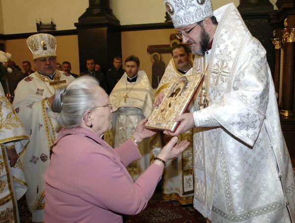 Prawosławny ordynariusz Wojska Polskiego, biskup Miron Chodakowski wręcza Annie Walentynowicz ikonę w uznaniu dla jej zasług. Uroczystość odbyła się w cerkwi prawosławnej św. Mikołaja we Wrzeszczu, 22 kwietnia 2007 r.