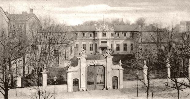 W parku św. Barbary był dawny Pałac Mniszchów (potem siedziba dowódcy garnizonu miasta). Obok niego funkcjonował cmentarz.