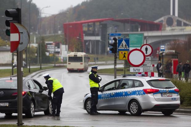 Policja kieruje ruchem na rondzie de La Salle w Gdańsku przepuszczając tylko auta uprzywilejowane w stronę Cmentarza Srebrzysko.