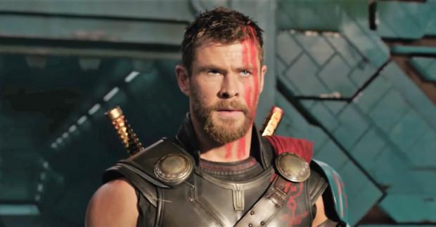 """Przystrzyżony Thor, rozgadany Hulk, eksplozja humoru większa niż kiedykolwiek u Marvela i śmiałe pomysły fabularne. """"Ragnarok"""" niewątpliwie wyróżnia się na tle pozostałych marvelowskich pozycji, choć w dużej mierze bazuje na sprawdzonym patencie: lekki i zgrabny humor w połączeniu z pompatyczną akcją. Wciąż działa."""