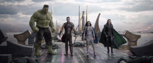 """""""Thor: Ragnarok"""" to jazda bez trzymanki na granicy pomiędzy patosem a absurdem, sztywnym heroizmem a luźną improwizacją. Duża w tym zasługa reżysera, który chwilami aż nadto nachalnie starał się przemycić humor w każdej niemal scenie. Efekt jest wciąż jednak więcej niż zadowalający."""