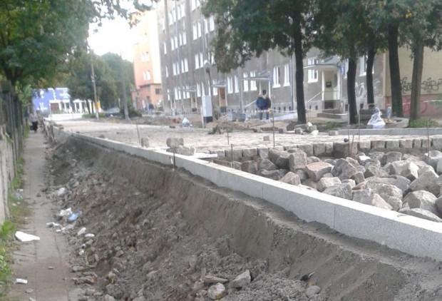 Poziom ul. św. Barbary podczas remontu podniesiono o 1,5 m. Przy okazji bez zgody konserwatora rozebrano zabytkowy betonowy płot dawnego cmentarza.